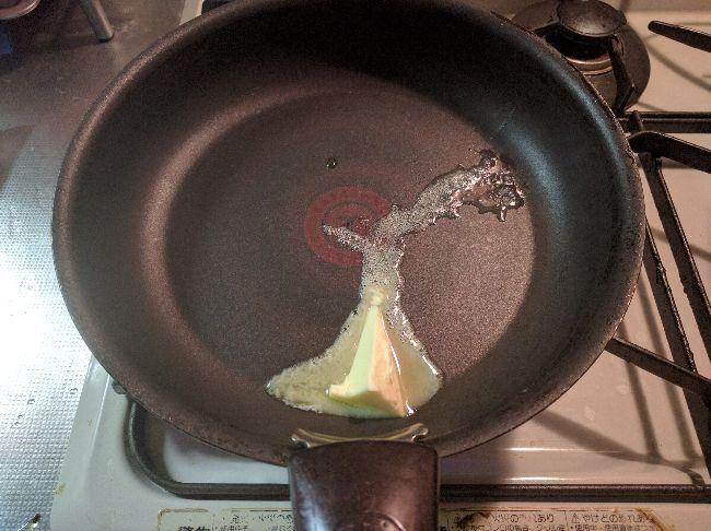 フライパンにバターを入れる