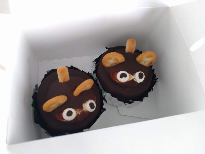 たぬきケーキが2つ並ぶ
