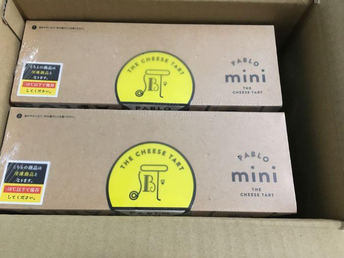 PABLOのロゴが入った箱が2つ