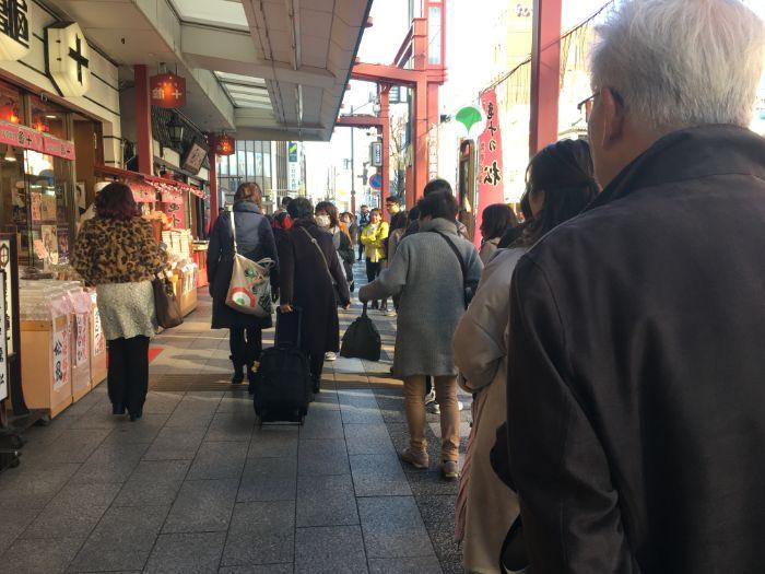 浅草亀十の前の行列