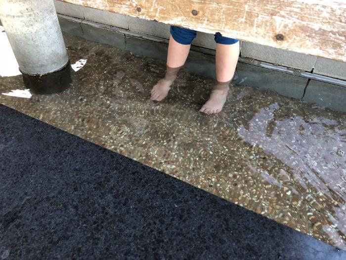 道の駅三芳村の足湯に入る