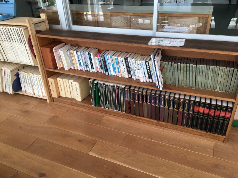 廊下の書籍