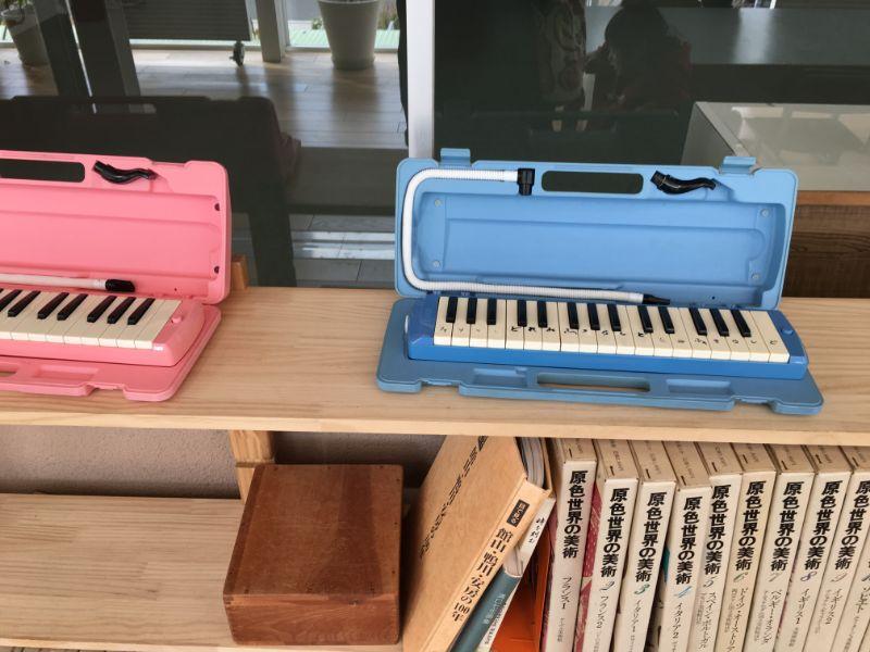 廊下に展示されている鍵盤ハーモニカ