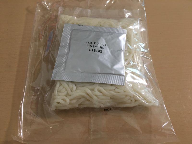 カレー味の粉末と麺